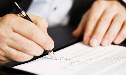 """ky hop dong mua nha 500x300 - Ngân hàng Nhà nước công bố danh sách 42 ngân hàng đủ điều kiện bảo lãnh bán nhà.... """"trên giấy"""""""