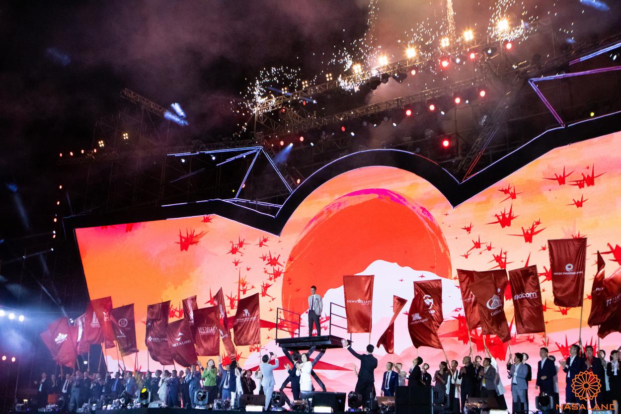 Tổng kết lễ ra quân The Origami Vinhomes Grand Park - cờ của Nasaland cùng các đại lý khác xuất hiện trên sân khấu buổi lễ