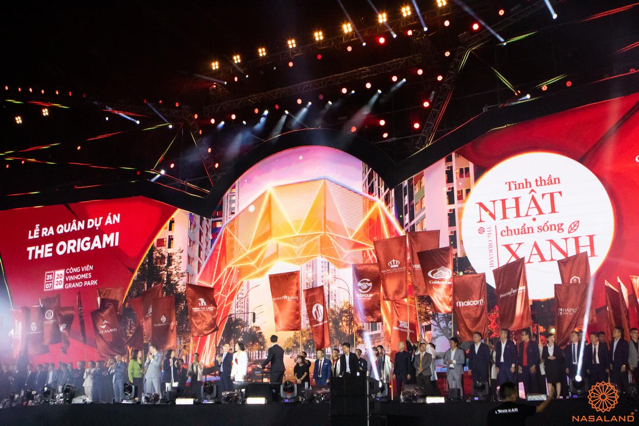 Tổng kết lễ ra quân The Origami Vinhomes Grand Park - cờ của Nasaland cùng các đại lý khác xuất hiện trên sân khấu lễ ra quân