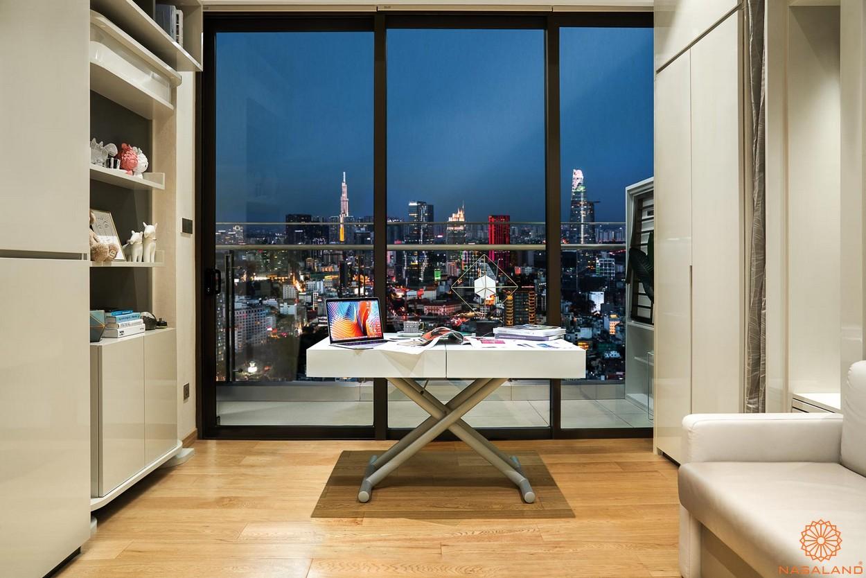 Nhà mẫu ban công nhìn ra trung tâm thành phố của căn hộ