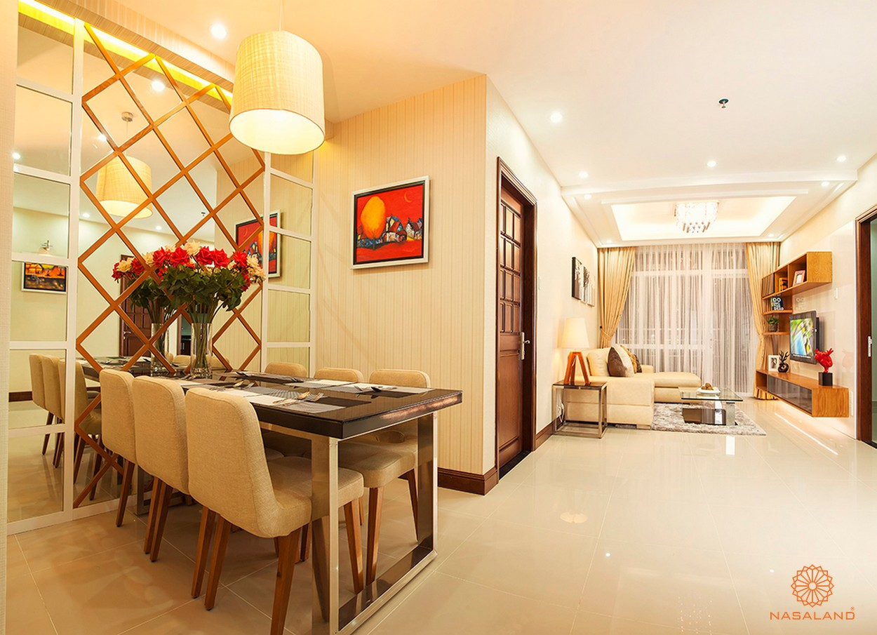 Nhà mẫu dự án với bàn ăn và phòng khách