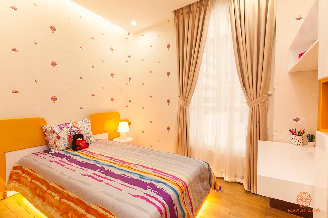 Nhà mẫu phòng ngủ trẻ em cùng bàn làm việc với gam màu năng động