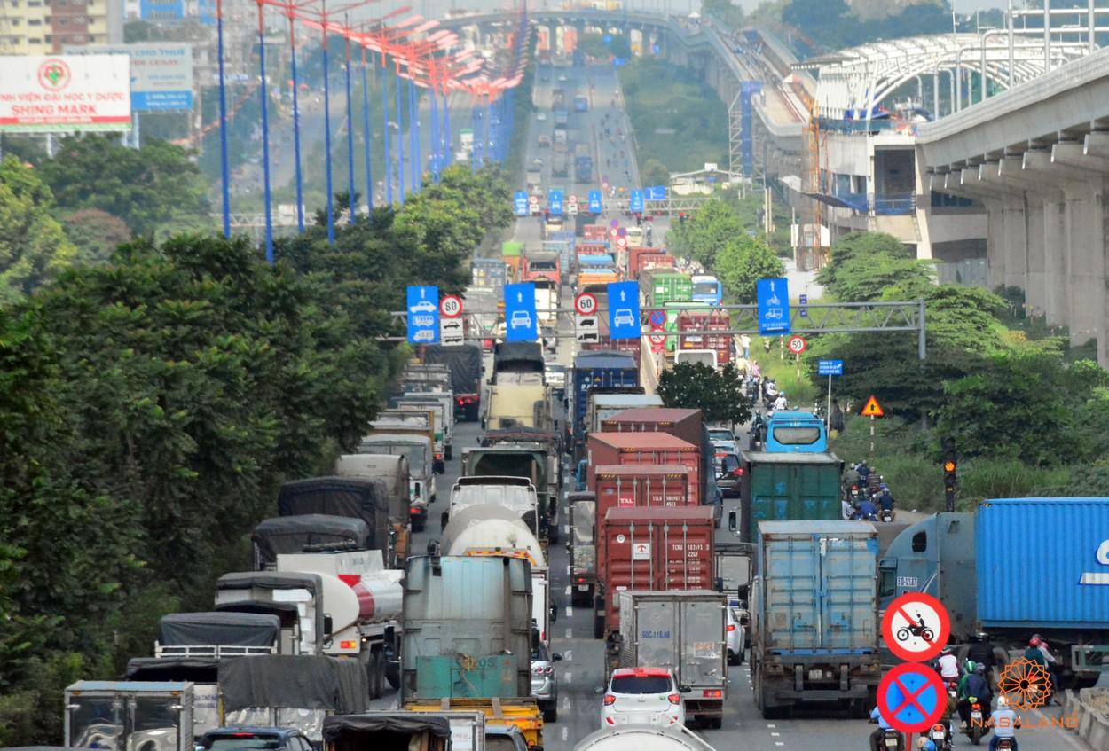 Giao thông nan giải tại Xa lộ Hà Nội vào buổi sáng