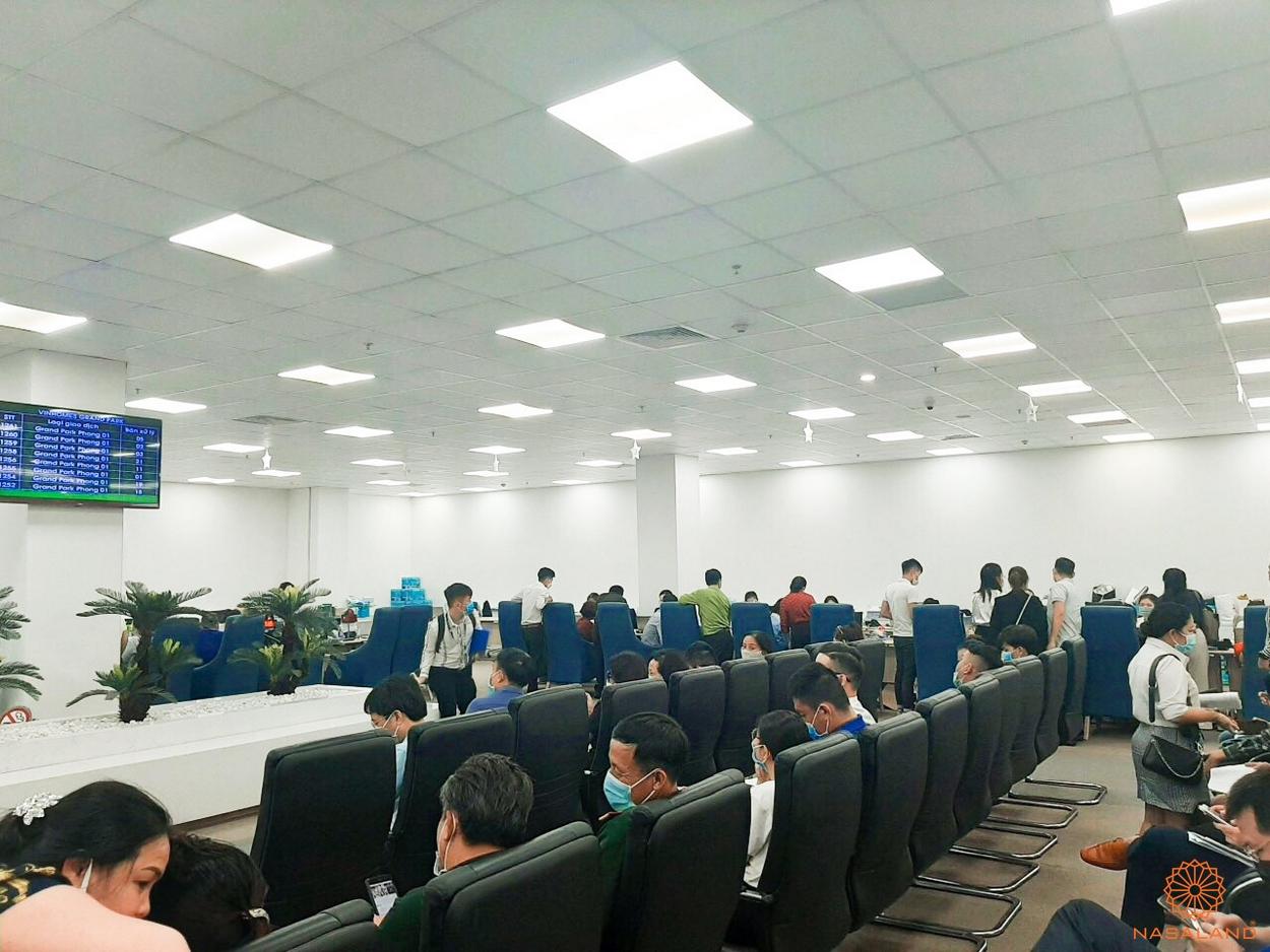 Khách hàng đợi ký thủ tục mua Origami Zen S10 ngày 14/12/2020