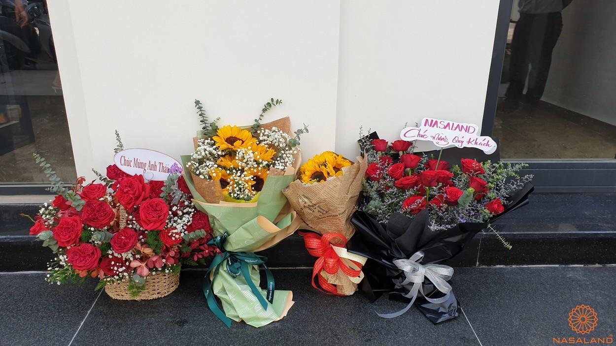 Nhận nhà The Manhattan Vinhomes cùng Nasaland - Những bó hoa dành tặng đến quý khách